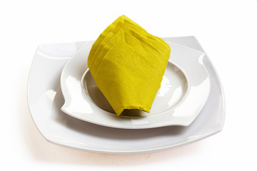 Pliage de serviette en cornet sur assiette blanche