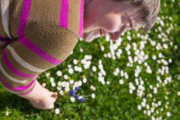 geistig behinderte Frau im Garten
