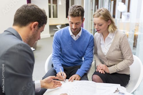 Couple real-estate agent for house investment. Signing contract - 77528348