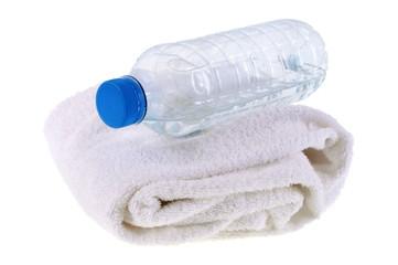 Bouteille d'eau et serviette éponge