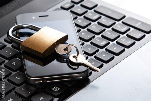Leinwanddruck Bild Smartphone and padlock