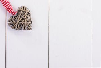 Cuore su piano di legno bianco