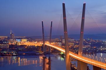 Ночной вид моста во Владивостоке через залив Золотой Рог