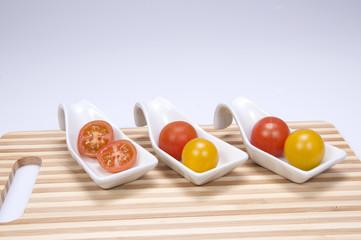 Tomate cherry sobre tabla de madera.