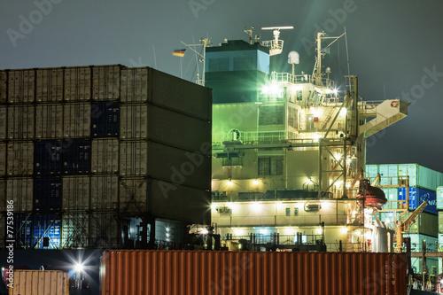 Frachtschiff im Hafen - 77539186
