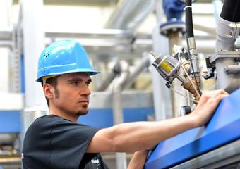Mechaniker in der Industrie repariert Maschine