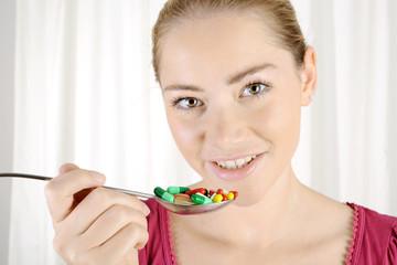 Patient mit vielen Pillen, Kapseln und Tabletten