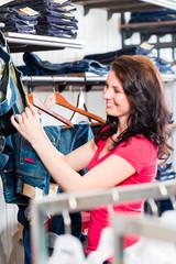 Frau kauft Blue Jeans im Laden