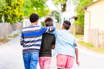 Geschwister laufen die Dorfstraße herunter