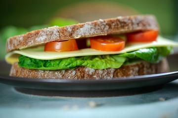 Sandwich mit pflanzlichem Käse, Tomaten und Salat