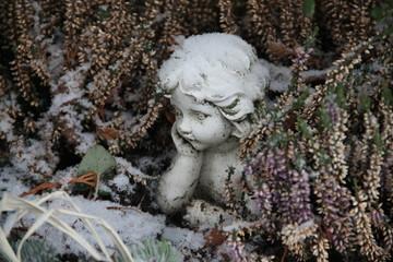 Trauriger Engel auf dem Friedhof