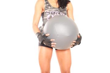 Person trainiert mit Medizinball