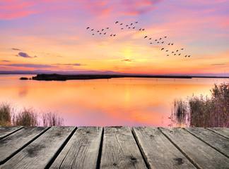 amanecer de colores en el lago