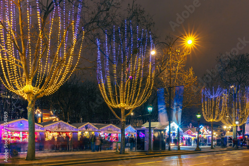 Poster Parijs Christmas market on the Champs Elysees in Paris at night