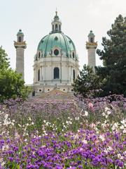 Karlskirche in Wien mit Blumenwiese im Vordergrund