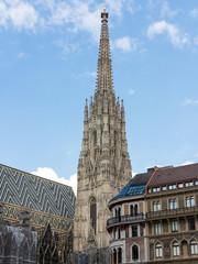 Südturm des Stephansdoms mit Gebäude am Wiener Stephansplatz