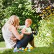 Mutter spielt im Garten mit Kind