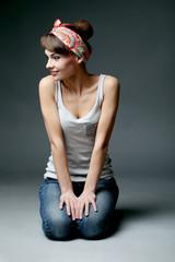 Красивая девушка на сером фоне в повязке на голове