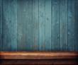 деревянный стол на фоне стены из досок - 77562763