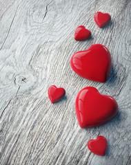 6 Herzen auf verwittertem Holz