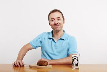 Mann beim Frühstück 2