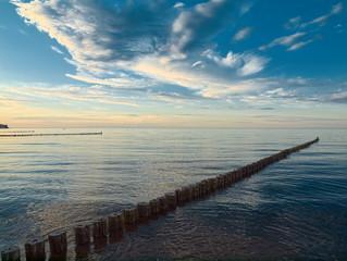 Abenddämmerung mit Bunen an der Ostsee