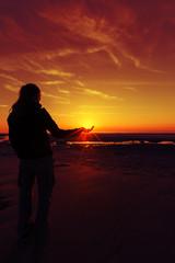 Sonne in der Hand roter Himmel