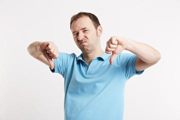 Mann zeigt mit beiden Händen Daumen runter