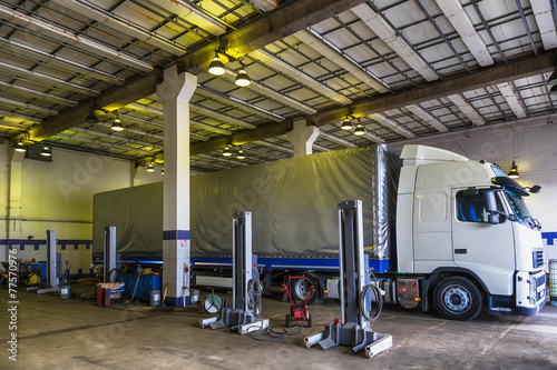 canvas print picture Truck or lorry repair shop service