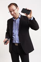 Geschäftsmann vergleicht zwei Handys 2