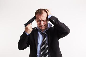 frustrierter Mann hält Pistole an die Schläfe 2