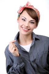 Молодая девушка в рубашке на белом фоне