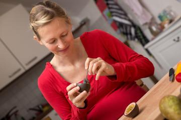 Schwangere Frau isst Obst und Gemüse