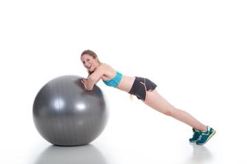 Junge Frau macht Sport mit Gymnastikball