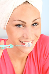 Junge Frau putzt ihre Zähne
