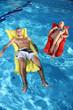 Freunde entspannen im Pool