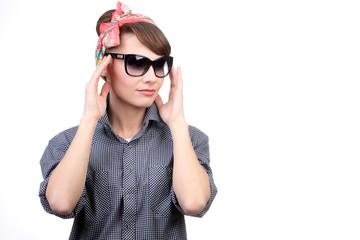 Молодая девушка в стильных очках на белом фоне