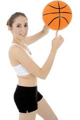 Teen spielt Basketball