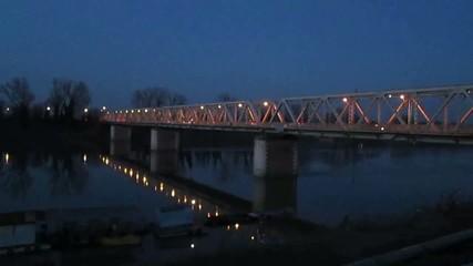 Ponte sul fiume di notte