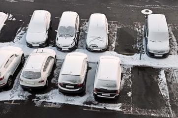 verschneite autos, parkplatz im winter
