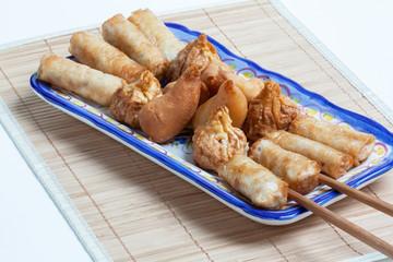 Plats chinois variés sur fond de bambou
