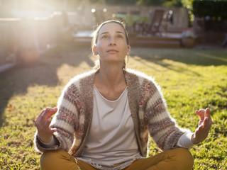 Mujer en contraluz meditando