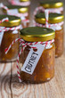 Zwiebel Ananas Chutney auf rustikalem Holz - 77601103