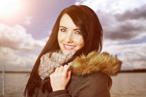 canvas print picture lächelnde Frau am See