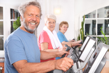Senioren auf dem Crosstrainer