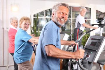 ältere Menschen beim Cardiotraining