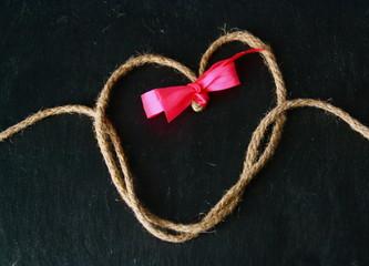 coeur en ficelle,noeud rose sur ardoise,st valentin