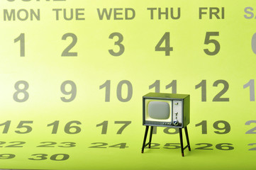 カレンダーをバックに撮影したテレビ