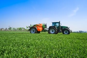 Pflanzenschutz, Traktor mit Anhängespritze auf Getreidebestand