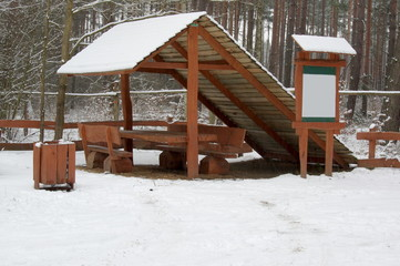 Drewniana ławka zimą.